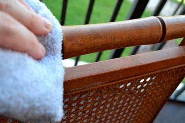 Aplicación y seguimiento de medidas de prevención de riesgos laborales en la limpieza de mobiliario