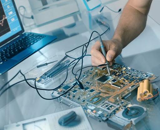 Interpretación de esquemas y guías de mantenimiento de equipos electrónicos