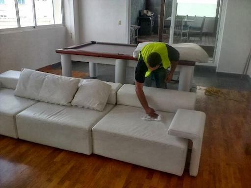Aplicación de los productos de limpieza de mobiliario